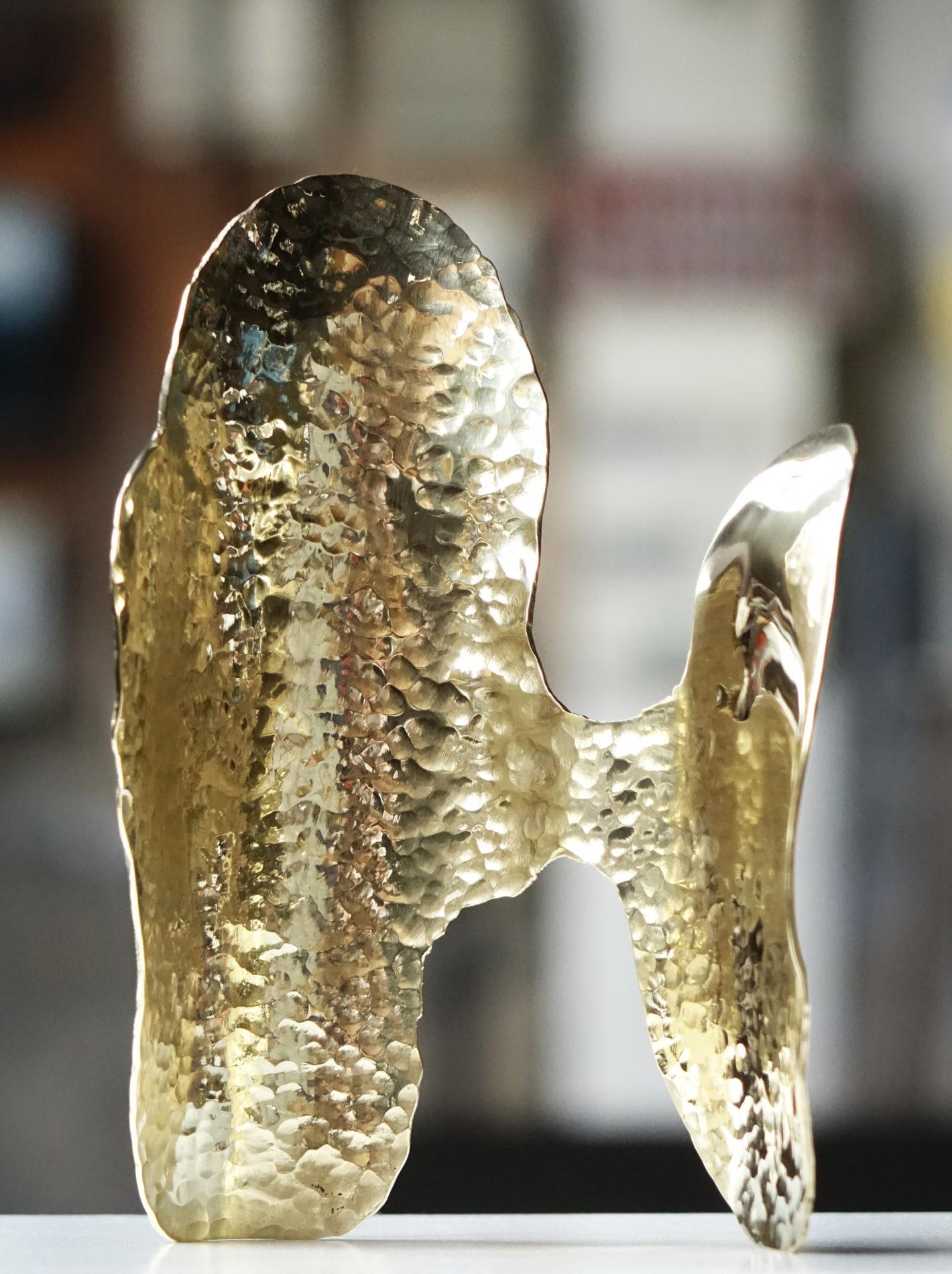 Laiton sculpture Guillaume Castel martelé poli